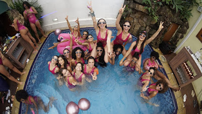 Bailarinas reunidas na pool party
