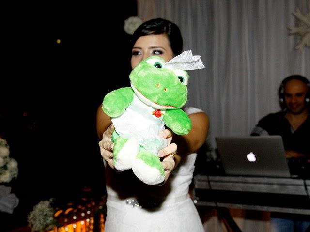 Jogando a Sapa Noiva de Pelúcia para os Amigos - Mini Wedding / Casamento