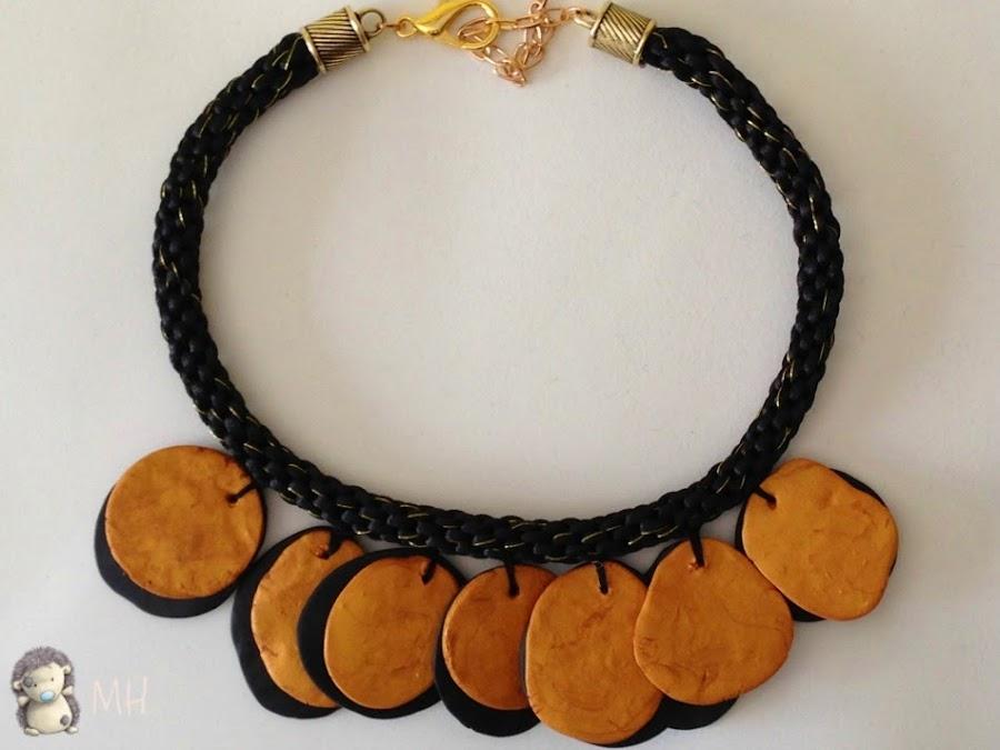 Collar kumihimo en negro y dorado.