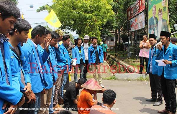 pmii indramayu unjuk rasa di depan gedung dprd