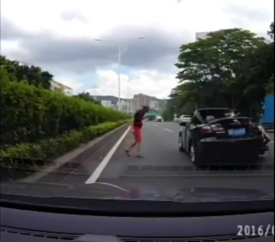 Conductor sale vivo al caerle auto a su vehículo en marcha