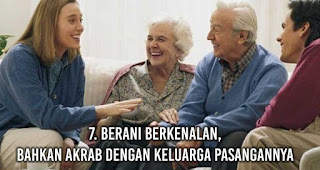 Berani berkenalan, bahkan akrab dengan keluarga pasangannya adalah salah satu karakter yang pasti dimiliki oleh pasangan yang setia