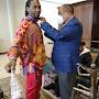 Senador Moreno Arias recibe al rapero Offset en el aeropuerto Cibao y coloca pin con bandera Dominica
