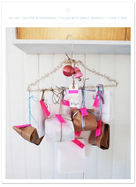 Pajang hadiah menggunakan hanger baju