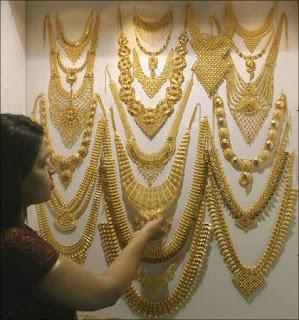 सोने के दाम में हुई भारी गिरावट, 12000 रुपये हुआ सस्ता