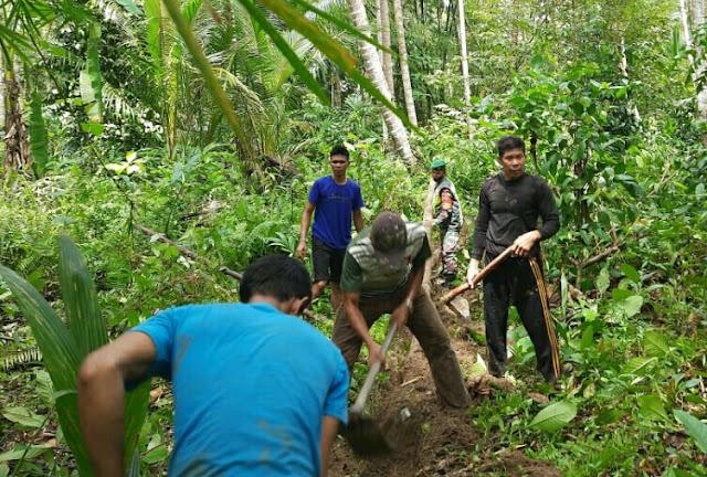 Babinsa Andi Hakim Gotong Royong Menggali Pipa Air Bersih dengan Warga Desa Seleman