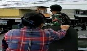 Heboh Wanita Berbaju Kotak-Kotak Naik Panser TNI yang Mau Copot Baliho HRS, Warganet Curiga