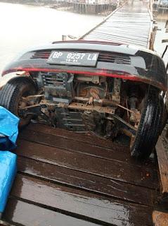 Pickup Bermuatan Barang Kelontong ambruk  di  Jembatan Penghubung Desa Cukas