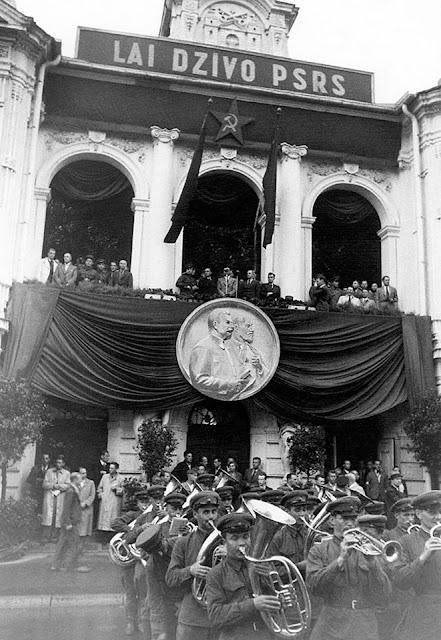 Лето 1940 года. Рига. Митинг и духовой оркестр возле Национального театра