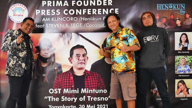AM. Kuncoro foto bersama Steven & Tege Coconut Treez di acara Press Conference OST Web Series Mimi Mintuno Tresno pada Minggu, 30 Mei 2021 di Yogyakarta.