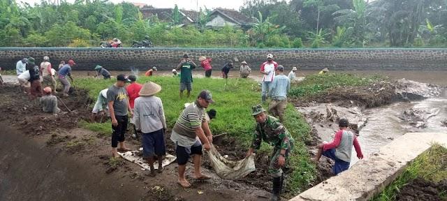 Antisipasi Banjir, Babinsa Bersama Warga Normalisasi Saluran Air Sungai Jenes