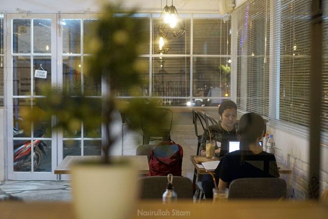 Sebagian pengunjung kedai kopi memanfaatkan waktu untuk belajar