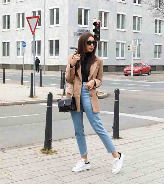 Calça jeans cropped e trench coat