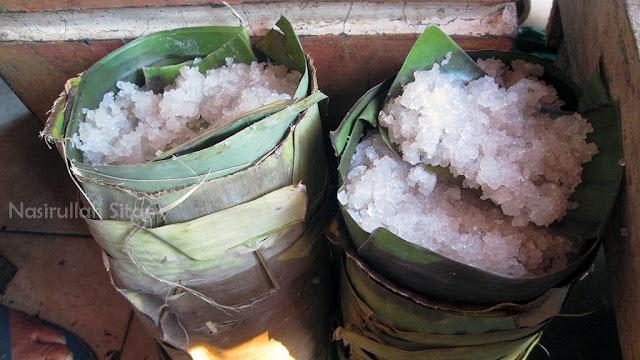 Simbah yang jualan Horog-horog berdampingan dengan yang jualan Nasi Urap