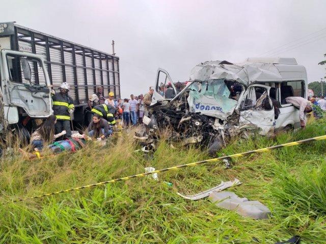 Batida frontal entre van e carreta deixa 8 mortos na BA-502
