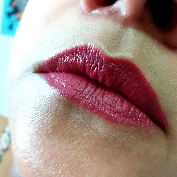 Batom da YES! Cosmetics: Aplicado nos lábios