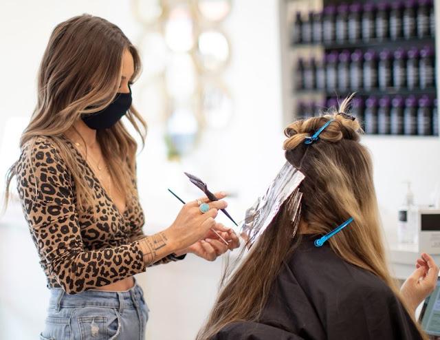 Parrucchieri affermano la gente sta avendo reazioni allergiche alla tintura per capelli a causa del COVID