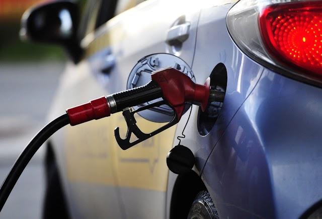 В Україні продовжує дешевшати бензин, але ціни знижуються незначно