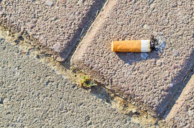 """Καπνιστές βγαίνουν από τα μαγαζιά για τσιγάρο και """"ξεχνούν"""" να να πληρώσουν (βίντεο)"""