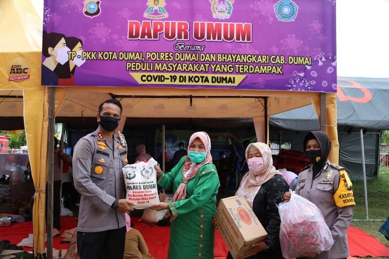 Polres dan TP-PKK Dumai Bagikan Makanan Berbuka Puasa pada Masyarakat Terdampak Covid-19