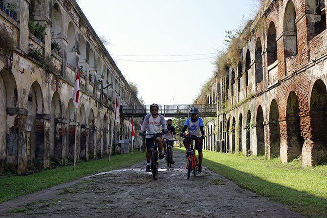 Bertemu dengan rombongan pesepeda dari Salatiga