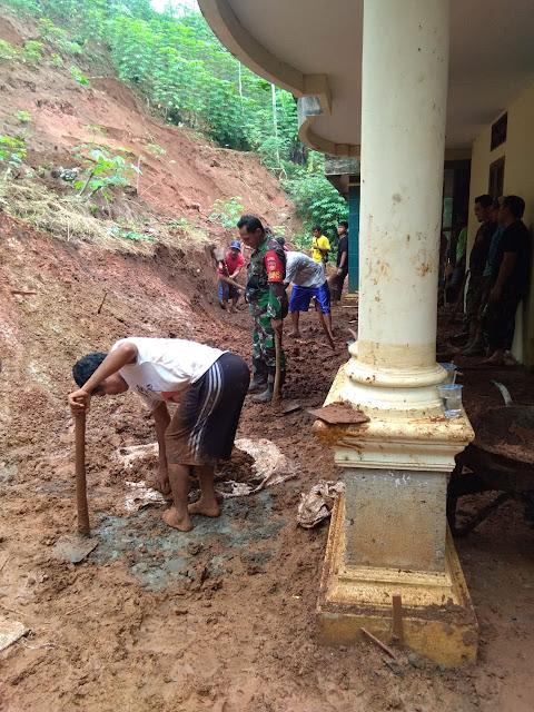 Korban Bencana Tanah Gerak di Dusun Pagersari Mulai Bebenah Bersama Babinsa