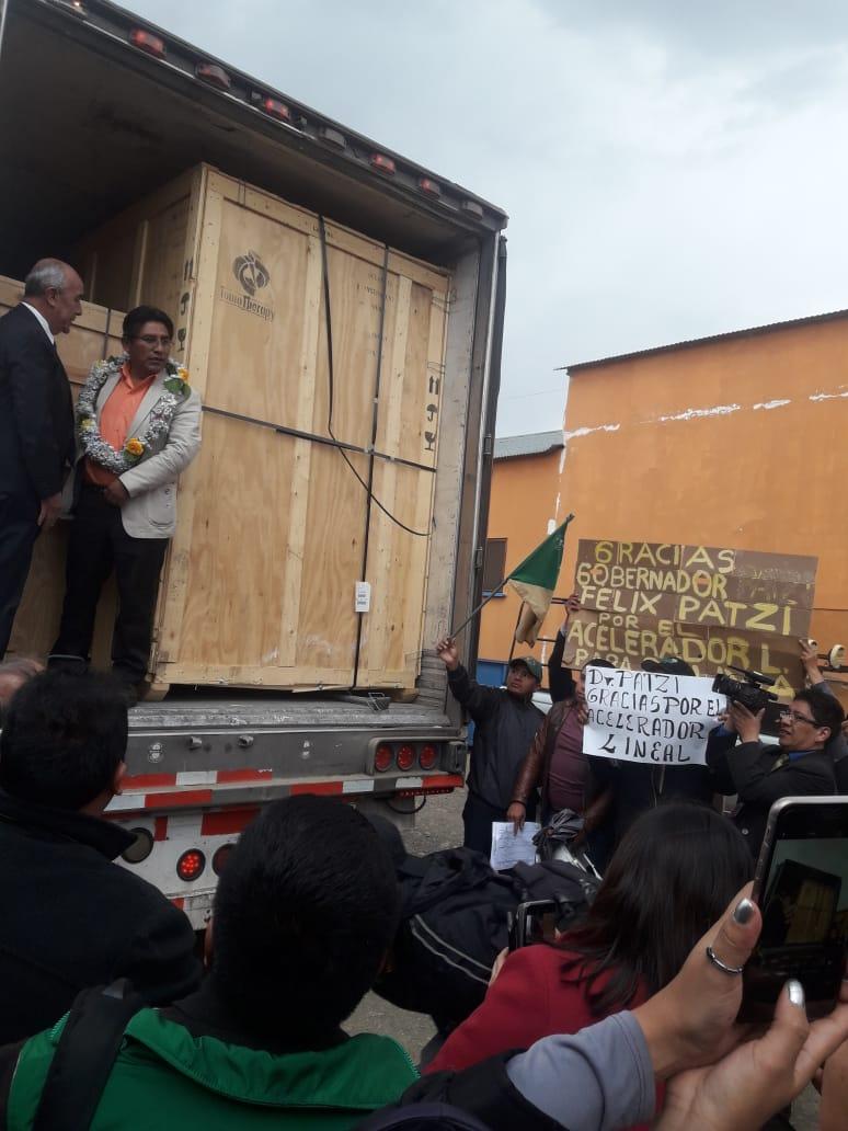 Gobernador Patzi recibiendo el equipo en la exzona franca de El Alto / GADLP