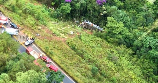 Acidente com ônibus deixa dois mortos e 20 feridos em Ouro Preto em Minas Gerais
