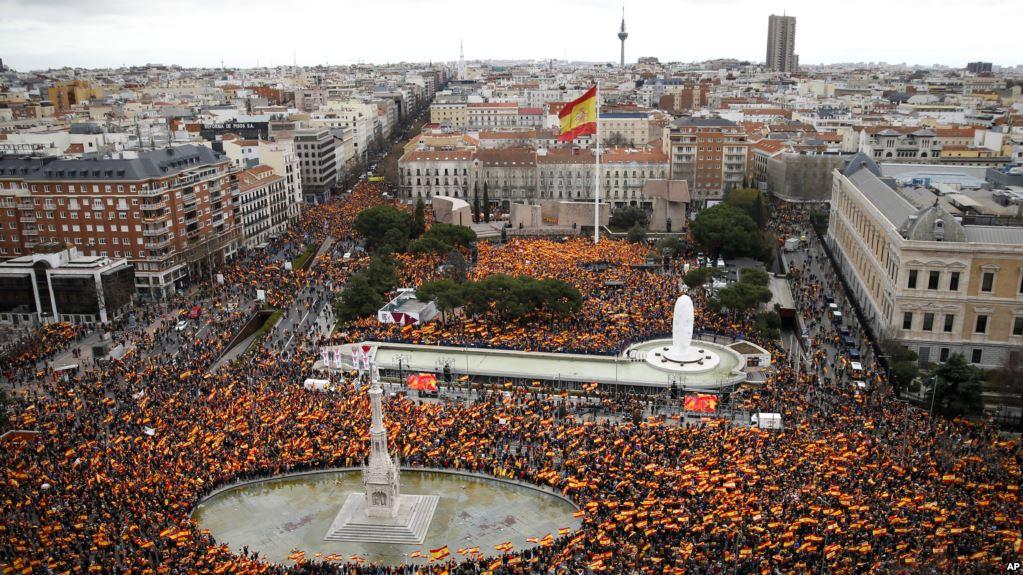 Calles de Madrid abarrotadas de personas que piden la salida de Sánchez / AP