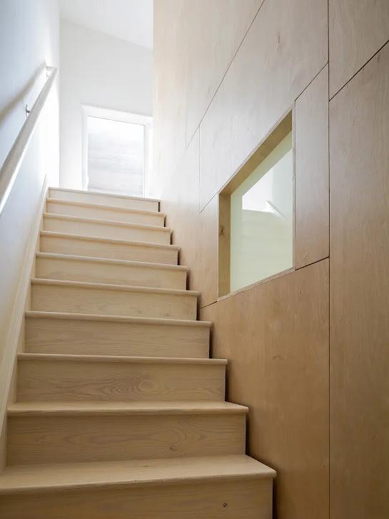 Chi tiết cầu thang ở giữa nhà của căn nhà phố kiểu Mỹ