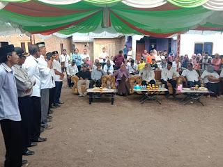 Foto: Bupati Bima, Hj Indah Dhamayanti Putri SE saat mendengar aspirasi Kepala Dusun Desa Tambe saat turun Kunker di desa Tambe Kecamatan Bolo, Kabupaten Bima
