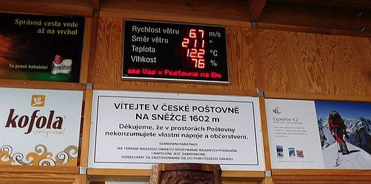 Warunki pogodowe na Śnieżce podawane w budynku czeskiej poczty.