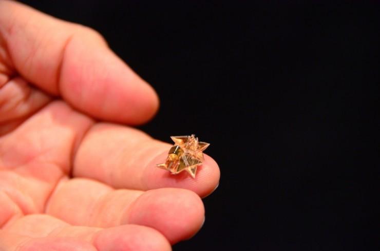 Nuevo Robot Origami puede caber en la palma de tu mano, caminar, nadar y degradarse