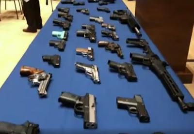 Policía de Nueva York arresta a 10 personas vinculadas a la venta ilegal de más de 40 armas en el alto Manhattan
