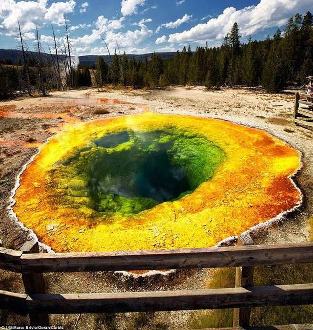 Khám phá bí ẩn về những hồ nước đổi màu kỳ lạ trên thế giới