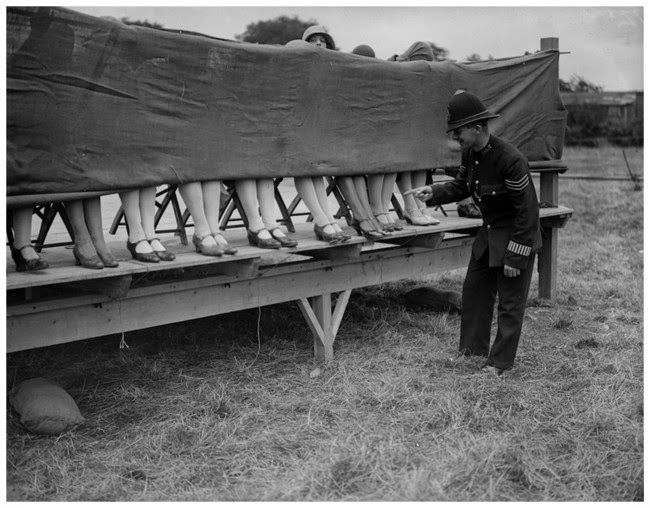 24 Rare Historical Photos That Will Leave You Speechless - In 1930, a policeman judges an ankle contest.