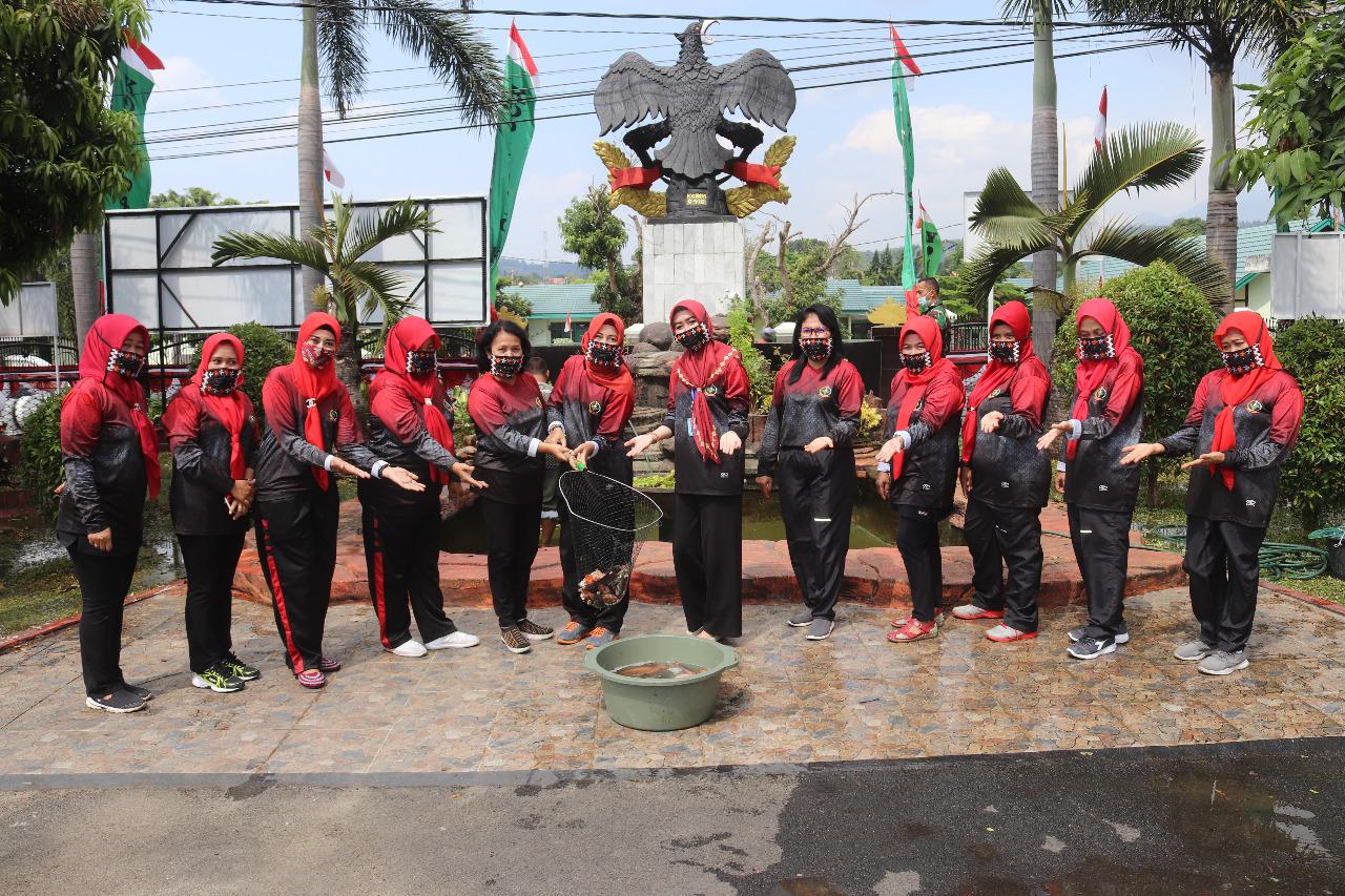 Kegiatan senam pagi bersama organisasi Persit Kartika Chandra Kirana cabang XXX Dim 0410/Kota Bandar Lampung