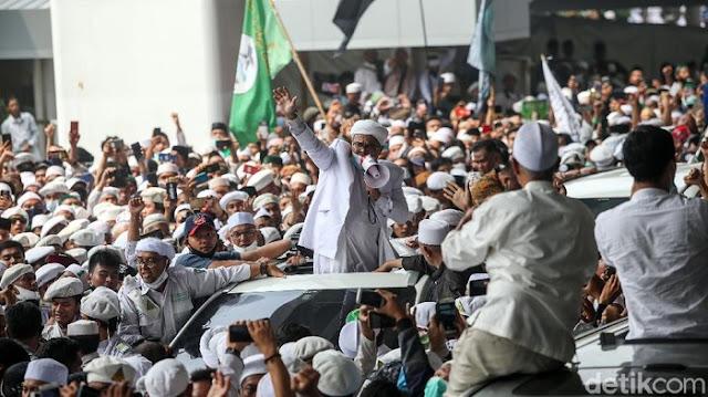 Disambut bak Pahlawan, Ini Potret Habib Rizieq Naik ke Atas Mobil Sapa Simpatisan & Teriakkan Takbir