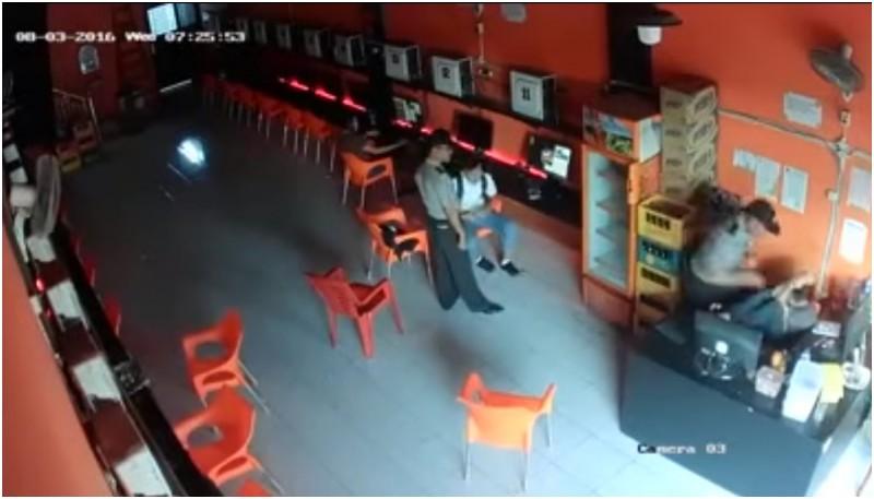 Seorang polisi menganiaya penjaga Warnet Bloody di Medan