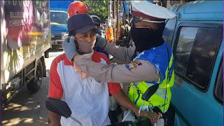 Personil Satlantas Polres Gowa Kembali Serentak Membagikan Masker di 9 Titik Pos Pengamanan Ops Ketupat Lipu 2020