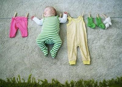 Ropa de bebé colgada en el tendedero