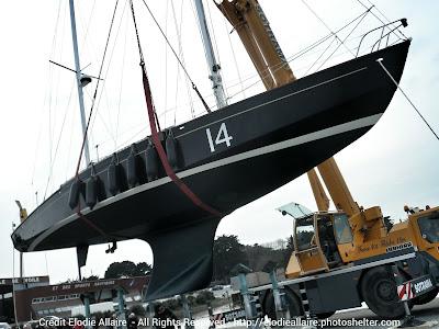 Pen Duick II à l'eau à l'ENV de Quiberon. Loick Peyron prendra la barre pour The Transat.