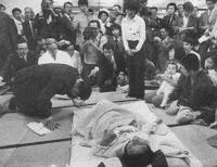 (1977) Ishihara Shintaro, ministro de Medio Ambiente, disculpándose por haber intentado desacreditar a los afectados