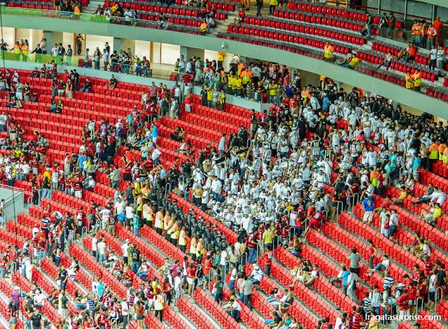 Torcida do Santos na arquibancada do Estádio Mané Garrincha, Jogo Flamengo x Santos
