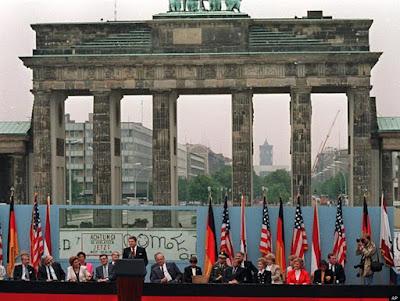 Reagan frente a la Puerta de Brandenburgo