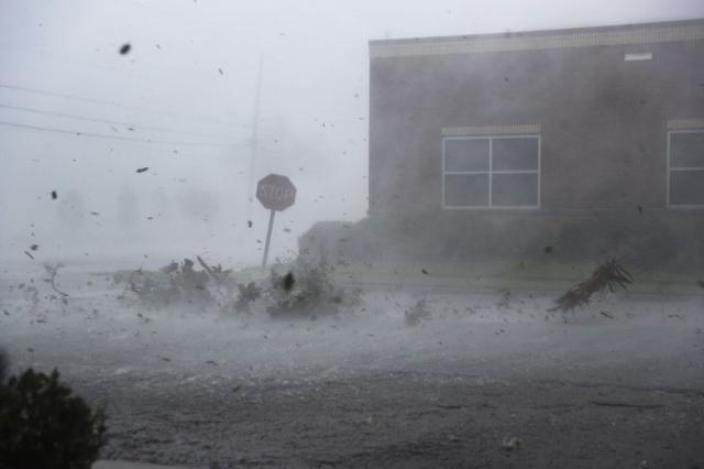 Michael se debilita a tormenta tropical tras arrasar en Florida
