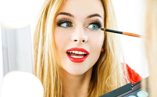 Chica pintandose los ojos