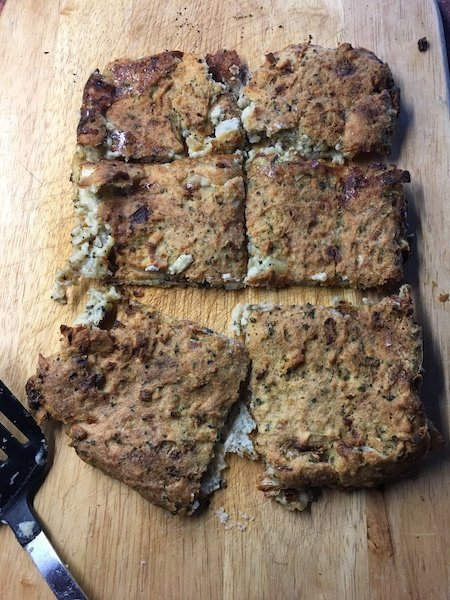 Seasoning pudding on a chopping board and chopped into slices