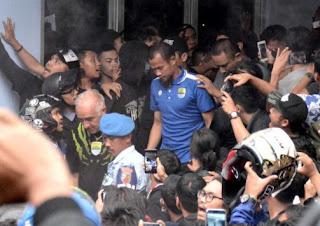Kembali ke Bandung, Persib Disambut Ratusan Bobotoh di Bandara, Supardi Menangis