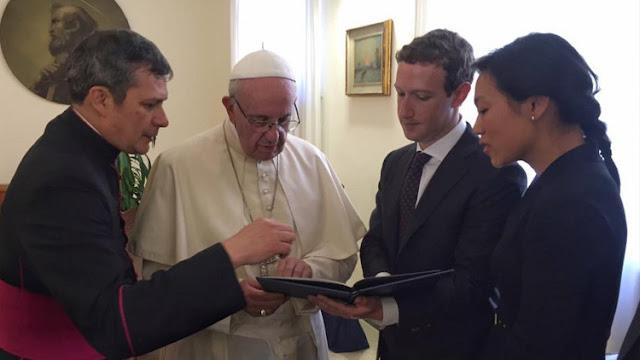 Zuckerberg regala al papa Francisco el modelo de un dron que dará Internet a los pobres